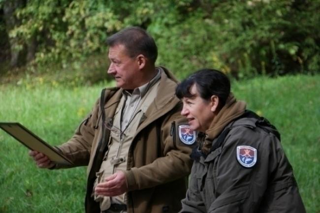 Aukštadvario regioninio parko produkto ženklo pažymėjimus įteikia direktorius Remigijus Noreika ir vyr. specialistė Ema Stanulionienė